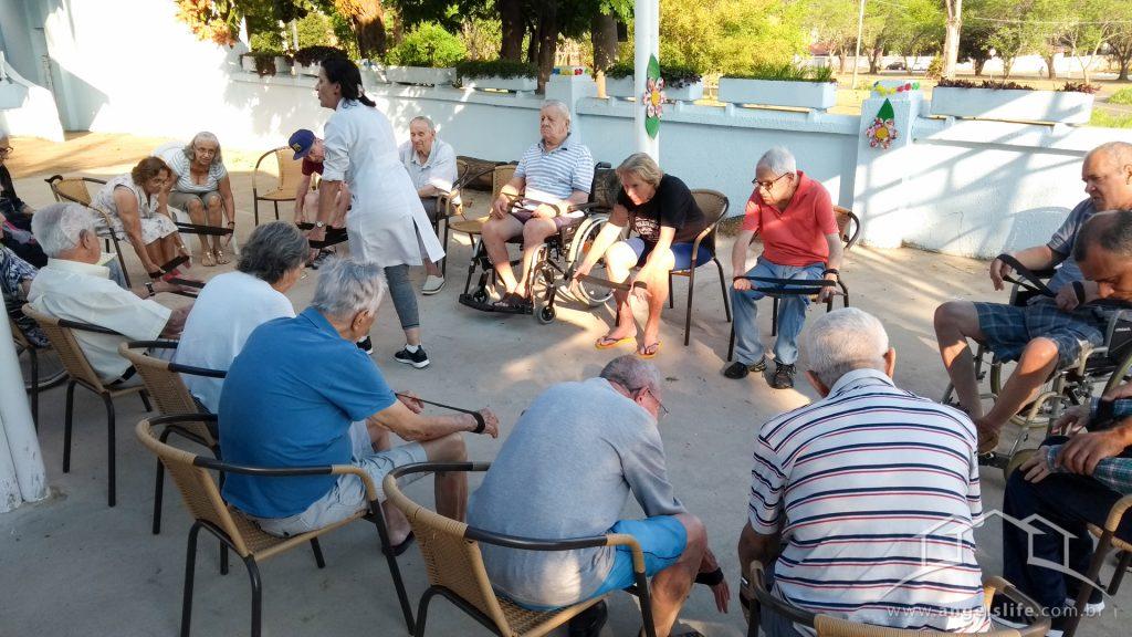 atividades para idosos aquecimento com música, utilizando faixas elásticas