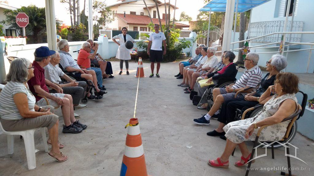 foto de atividades para idosos, vôlei adaptado