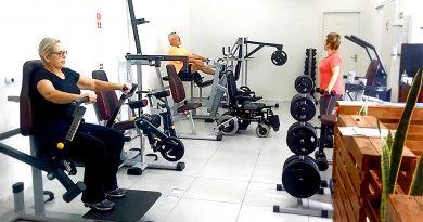pessoas da terceira idade se exercitando na academia Thera em Campinas