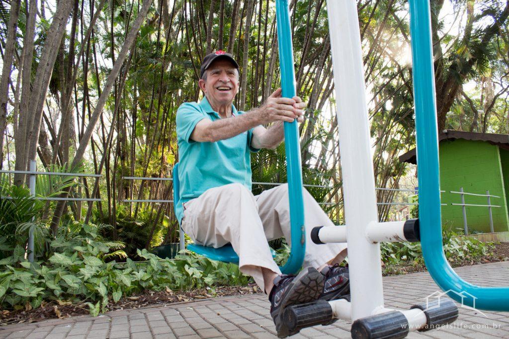sr galvao portador do mal de parkinson fazendo exercicio de fisioterapia em um parque em campinas