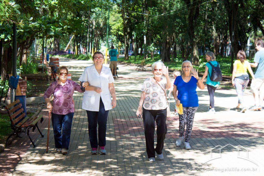 passeios para idosos e idosas passeando junto a profissional da saude