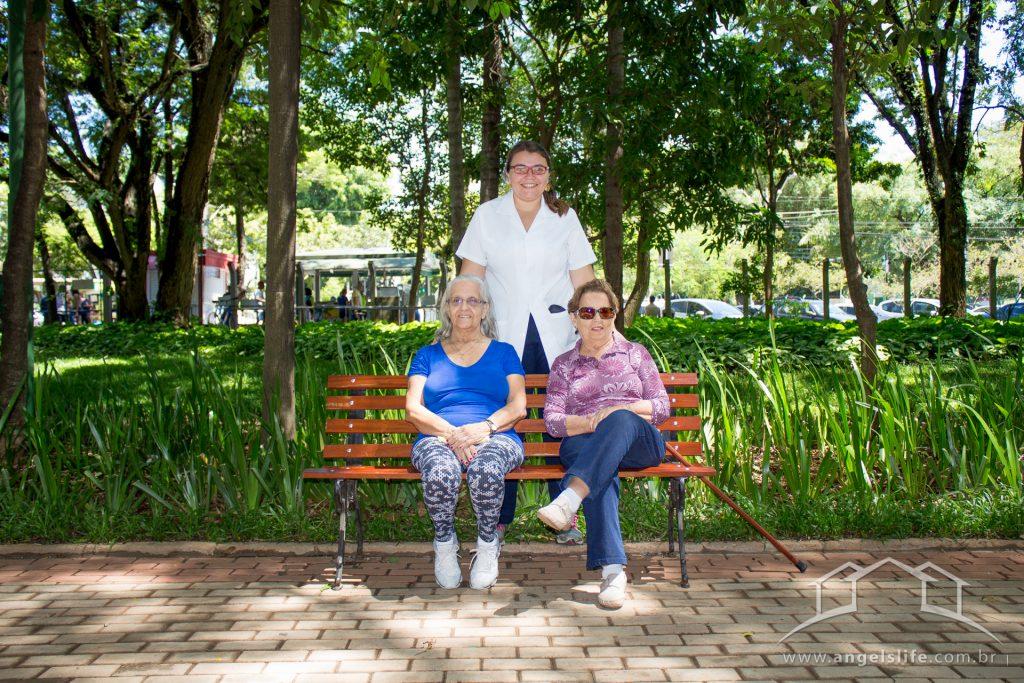 idosas após um passeios para idosos num banco de parque