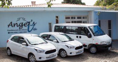 carros da frota angels life dispostos em frente a fachada