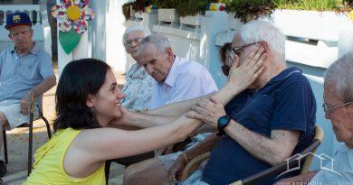 idoso sendo estimulado através da dancaterapia