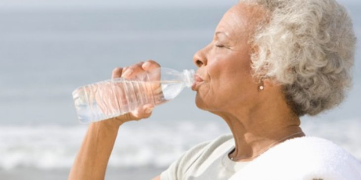 pessoa na terceira idade bebendo agua