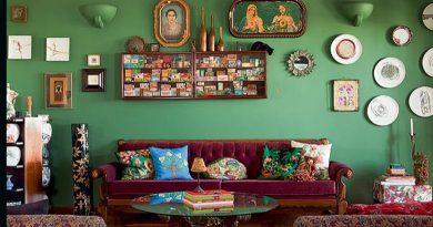 foto de uma sala da casa de uma avo lotada de decoracoes
