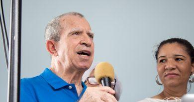 fotografia de sr galvao, portador do mal de parkinson, discursando em uma confraternizacao da angels life