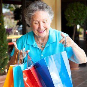 idosa fazendo compras